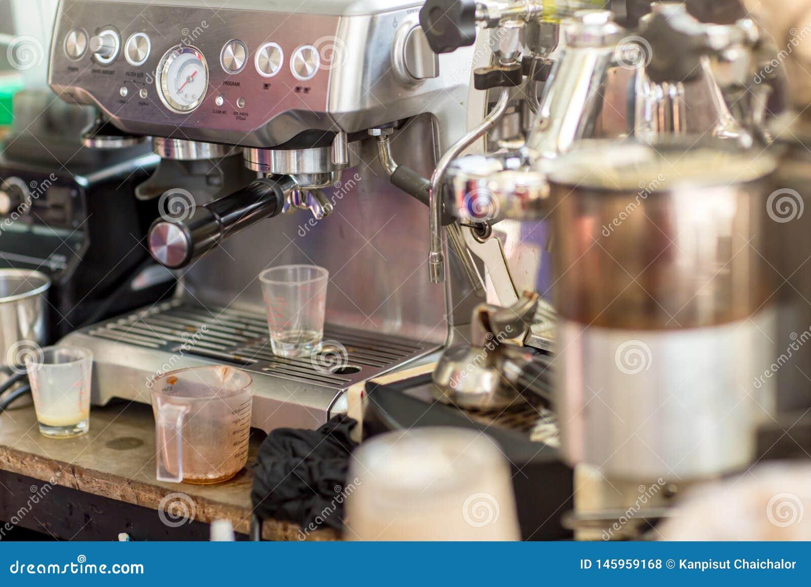 Macchina del caffè pronta a compensare una tazza di caffè espresso in caffè macchina del caffè che fa una tazza di caffè in risto