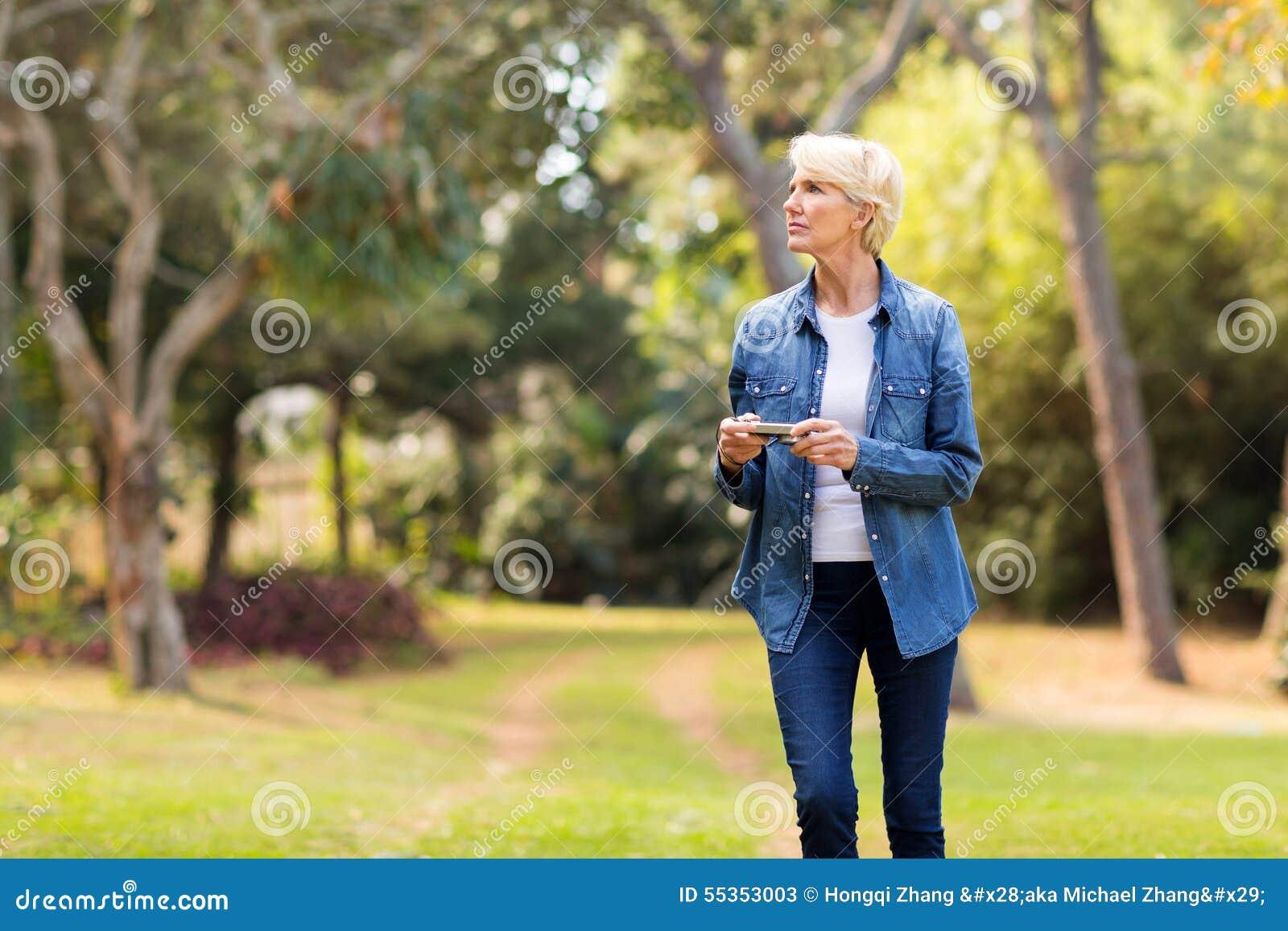 Macchina fotografica della tenuta della donna all aperto