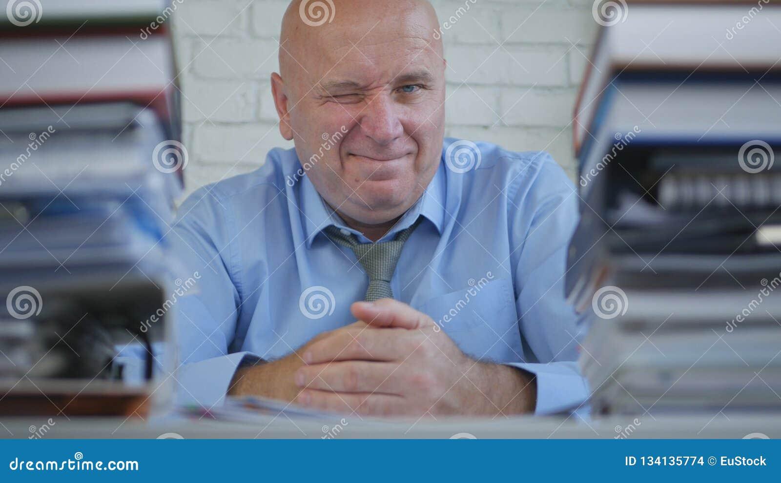Macchina fotografica di Wink Smiling In Front Of di gesto di Make Funny Eye dell uomo d affari