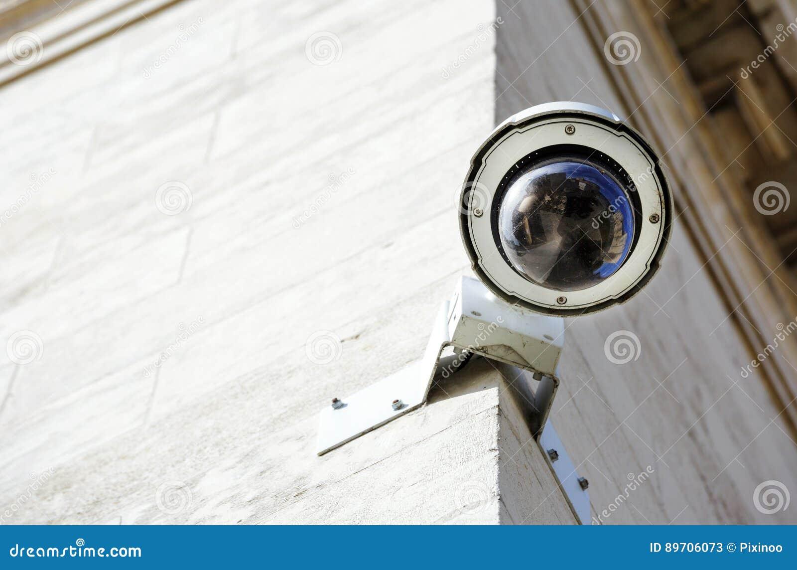 Macchina fotografica o sistema di sorveglianza del CCTV di sicurezza riparato sul vecchio constru