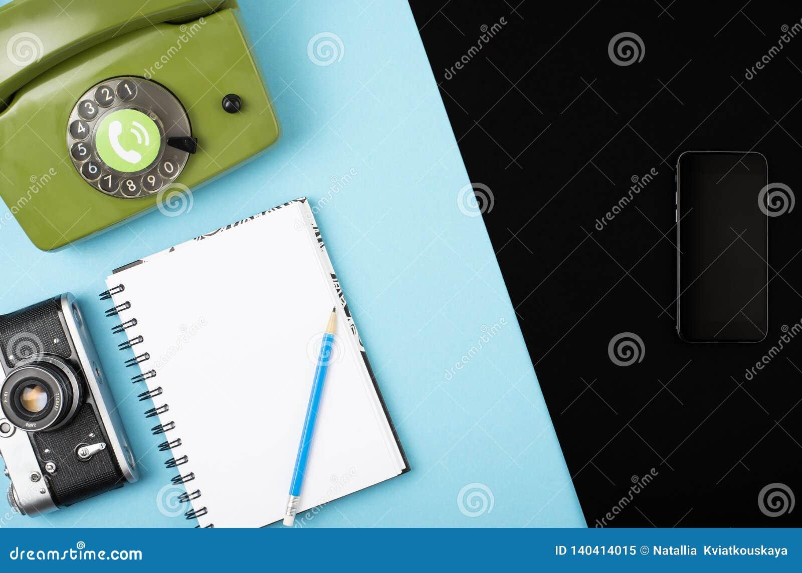Macchina fotografica, telefono, taccuino, matita combinata in un telefono cellulare Concetto su un fondo di colore Spazio per tes