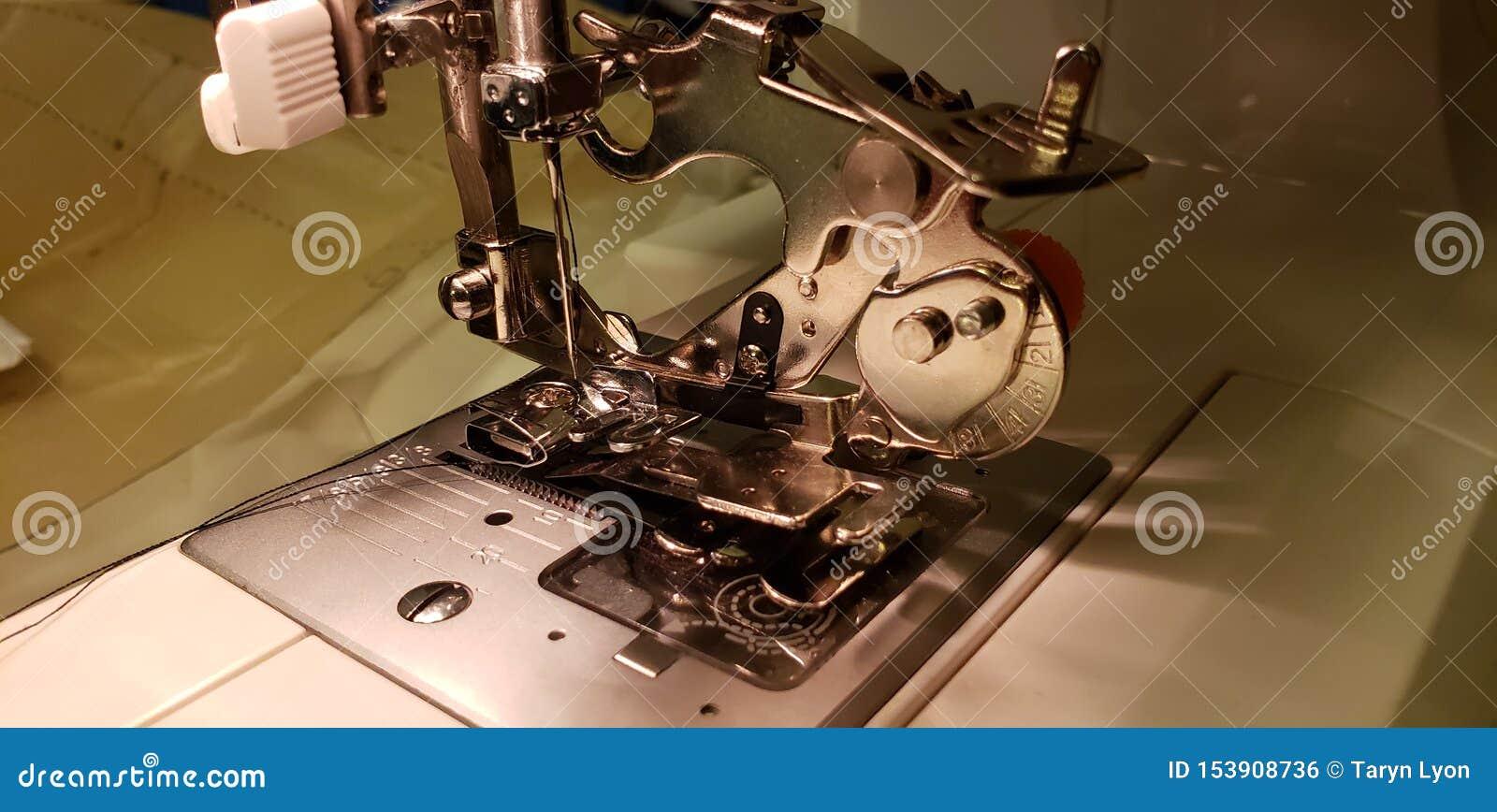 Macchina per cucire che riunisce piede