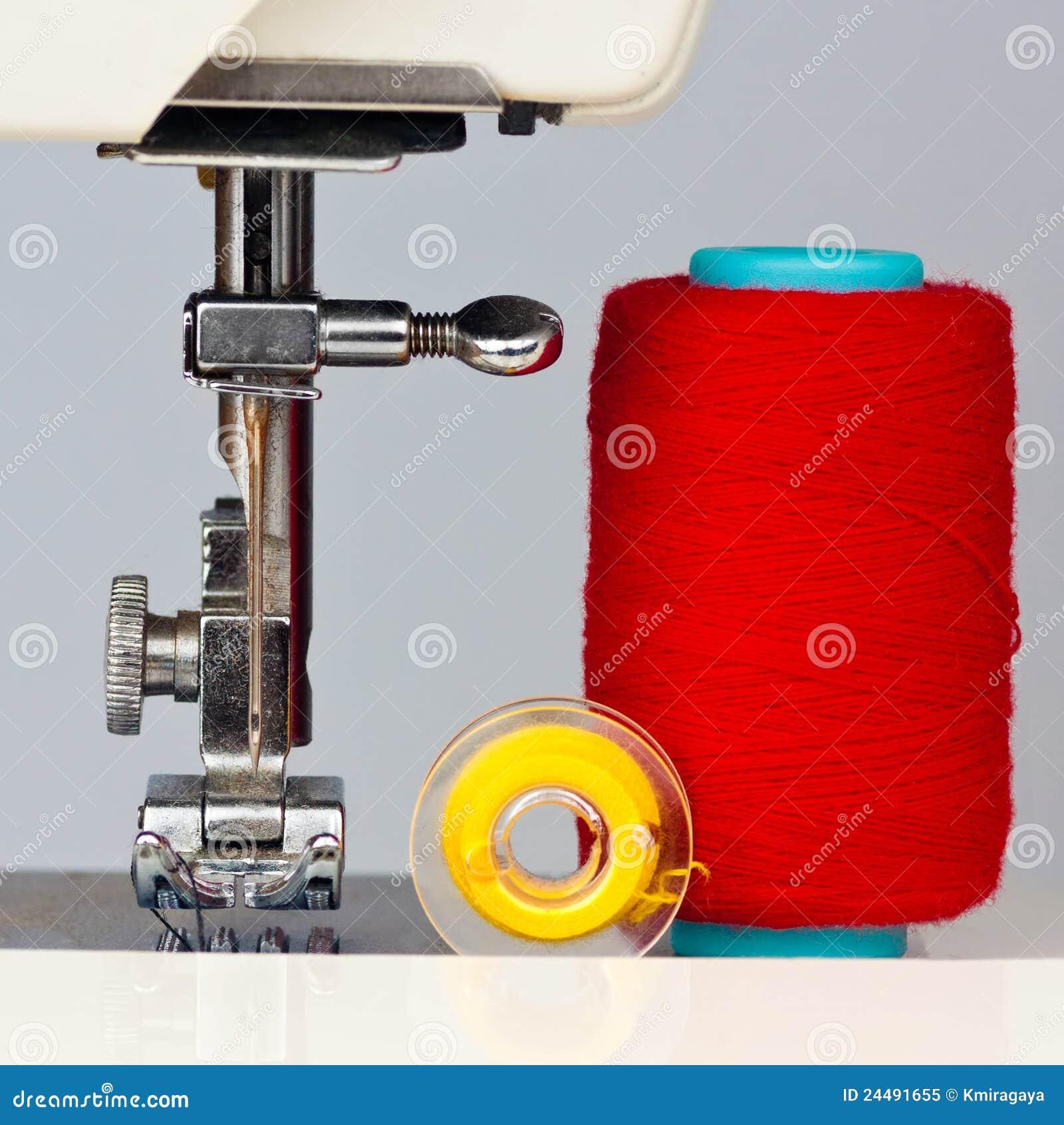 Macchina per cucire e bobine con il filetto