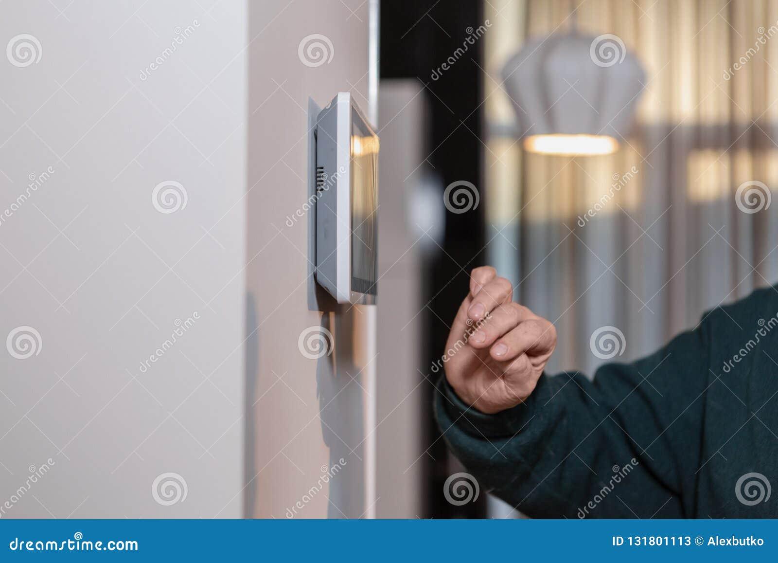 Macchine fotografiche del CCTV sulla parete Controlli la sicurezza di una costruzione di multi-storia o di una casa privata Agenz