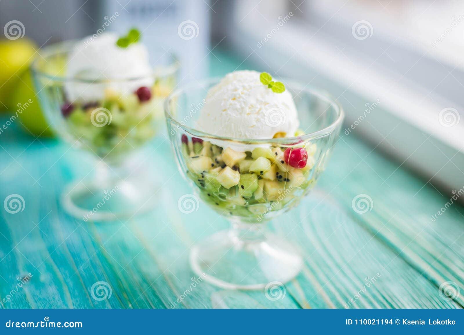 Macedonia con il gelato su un fondo blu