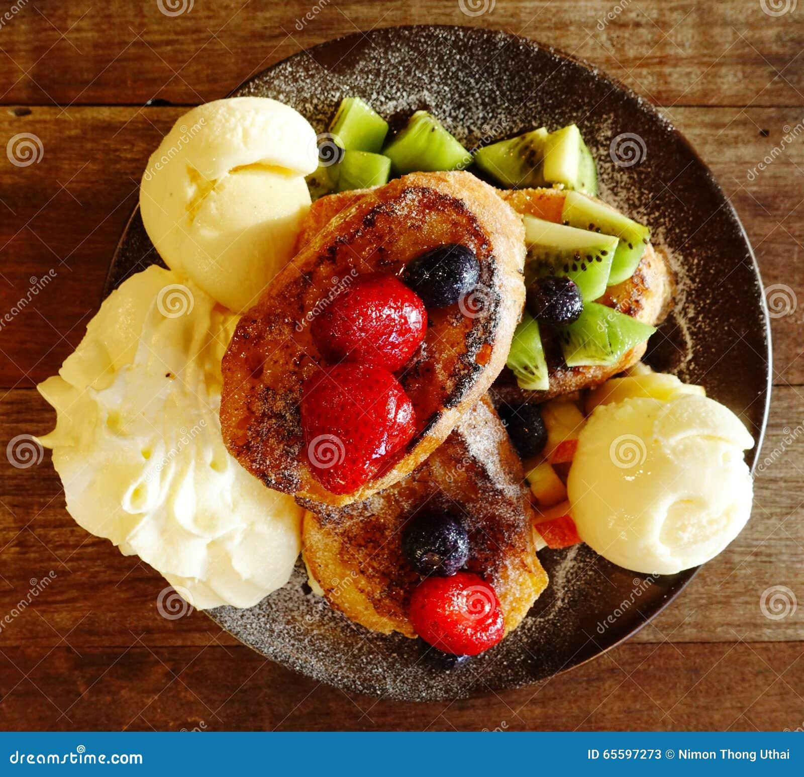 Macedonia di frutta fresca con il gelato sul piatto e for Frutta con la o iniziale