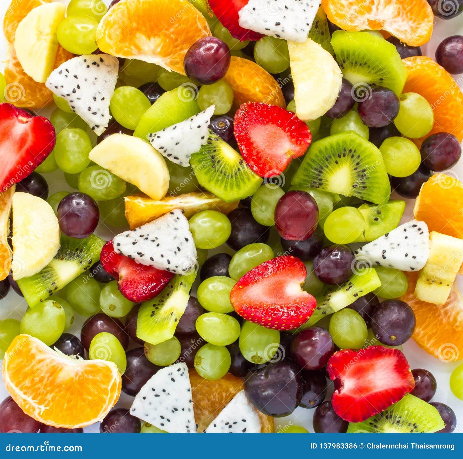 Macedonia fresca sana su fondo bianco Vista superiore Priorità bassa della frutta
