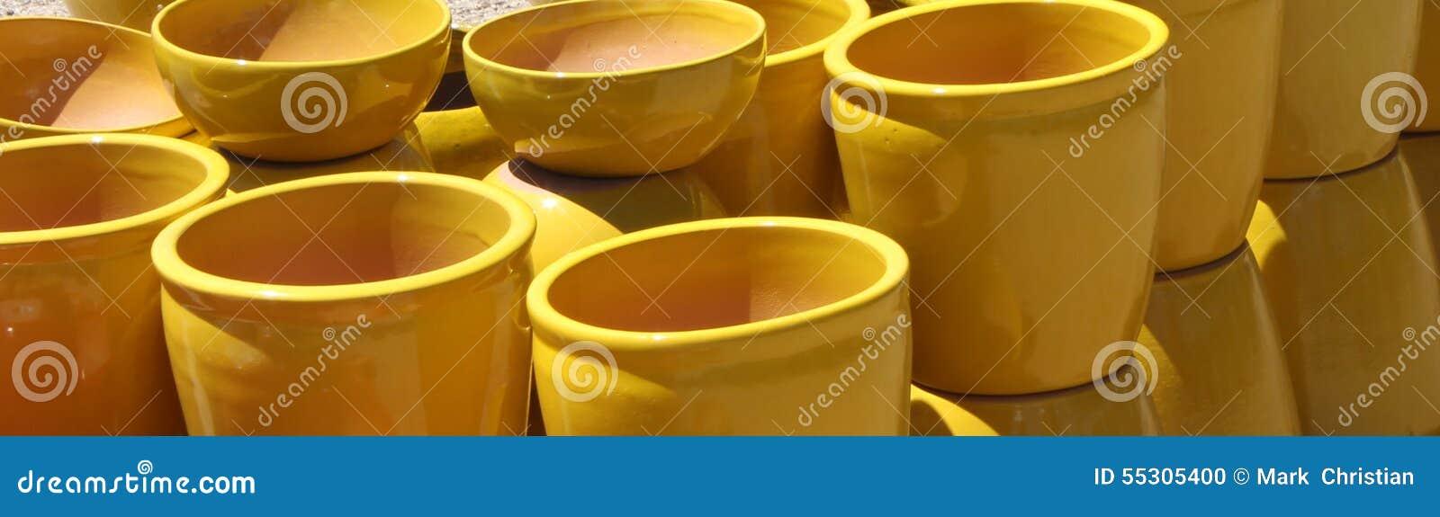 Macetas de cer mica amarillas foto de archivo imagen Macetas ceramica online