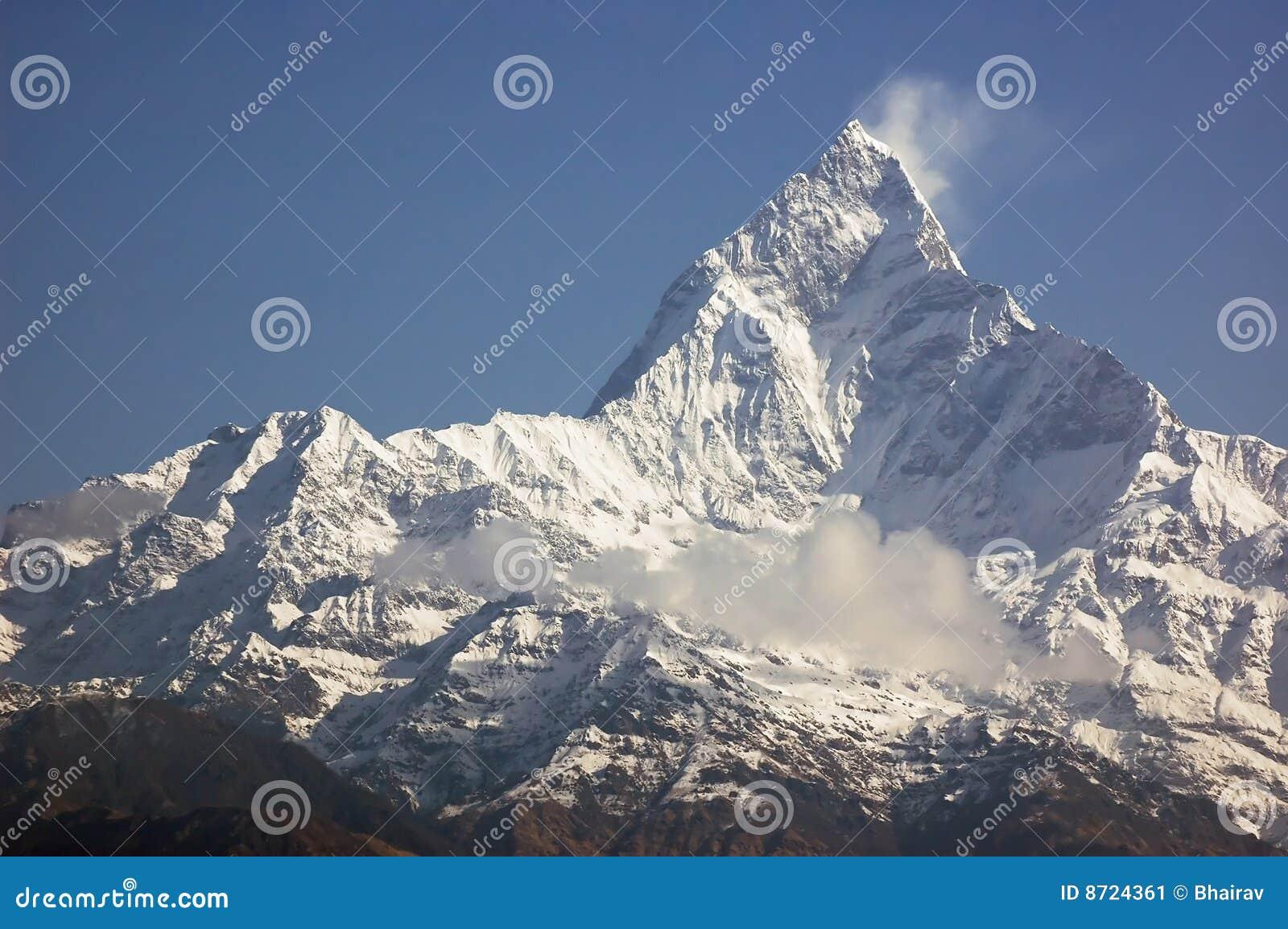 Machapuchare - pico de montaña majestuoso en Himalaya.