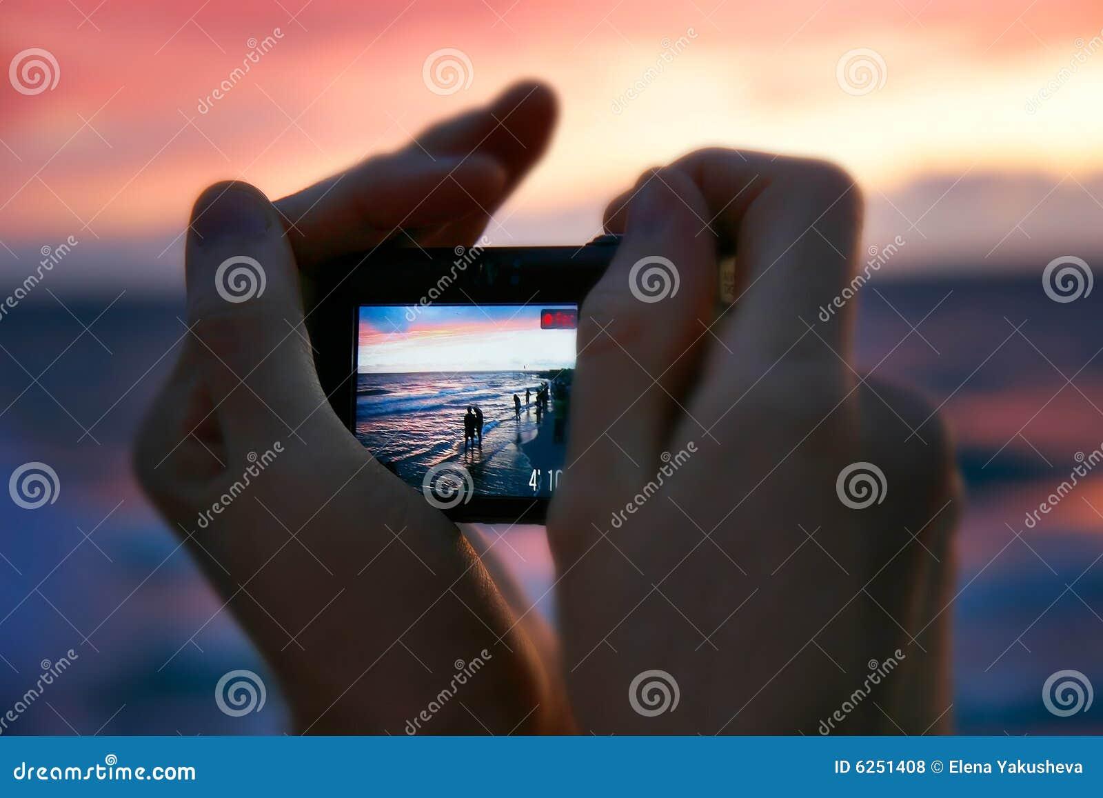 Machen des Fotos am Sonnenuntergang