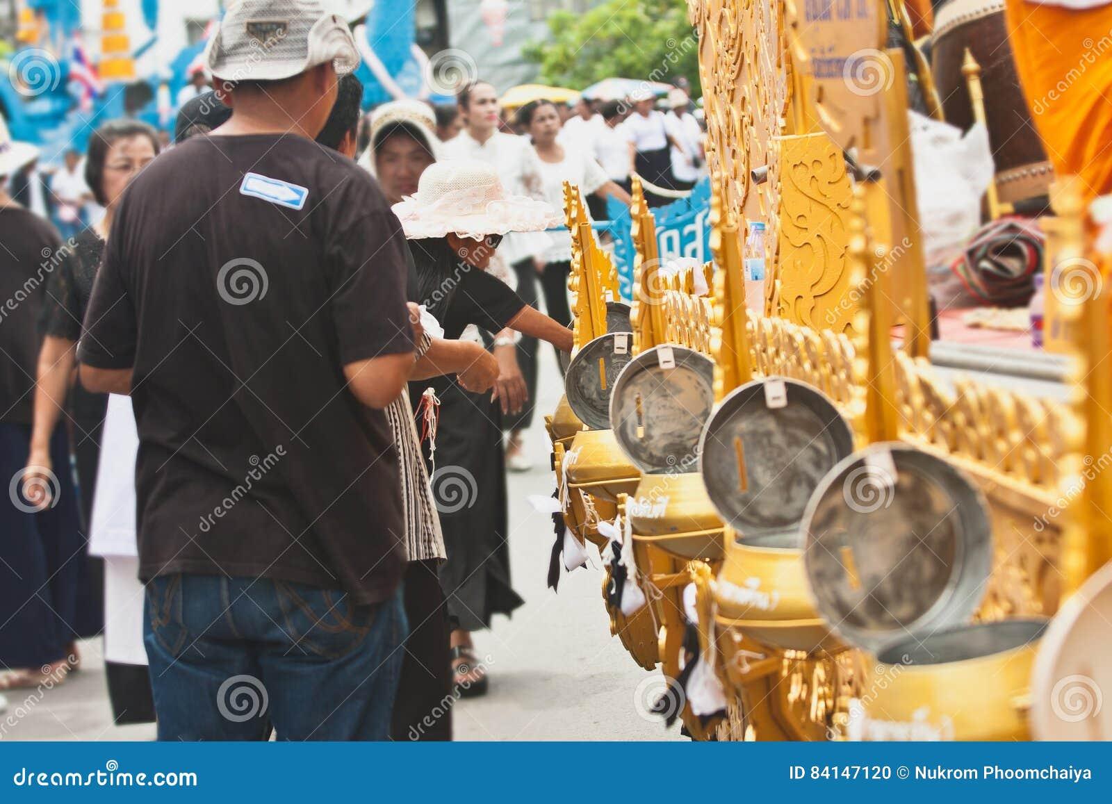 Machen Sie Verdienst und geben Sie den buddhistischen Mönchen Lebensmittelangebote oder spenden Sie Geld am Ende von buddhistisch