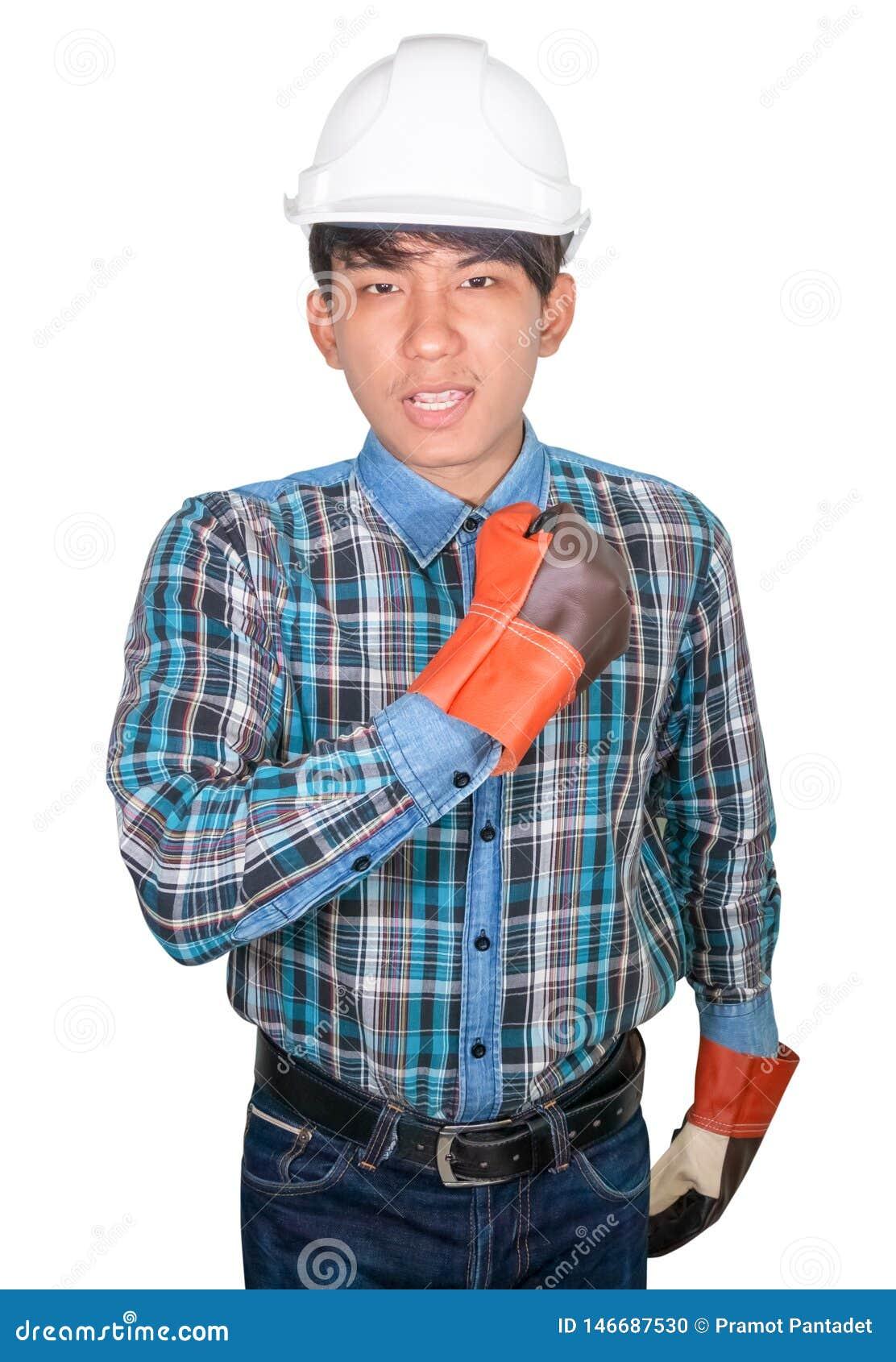 Machinant le poing de main faisant ? usage de symbole le bleu de chemise ray?e et le cuir de gant avec le casque de s?curit? blan