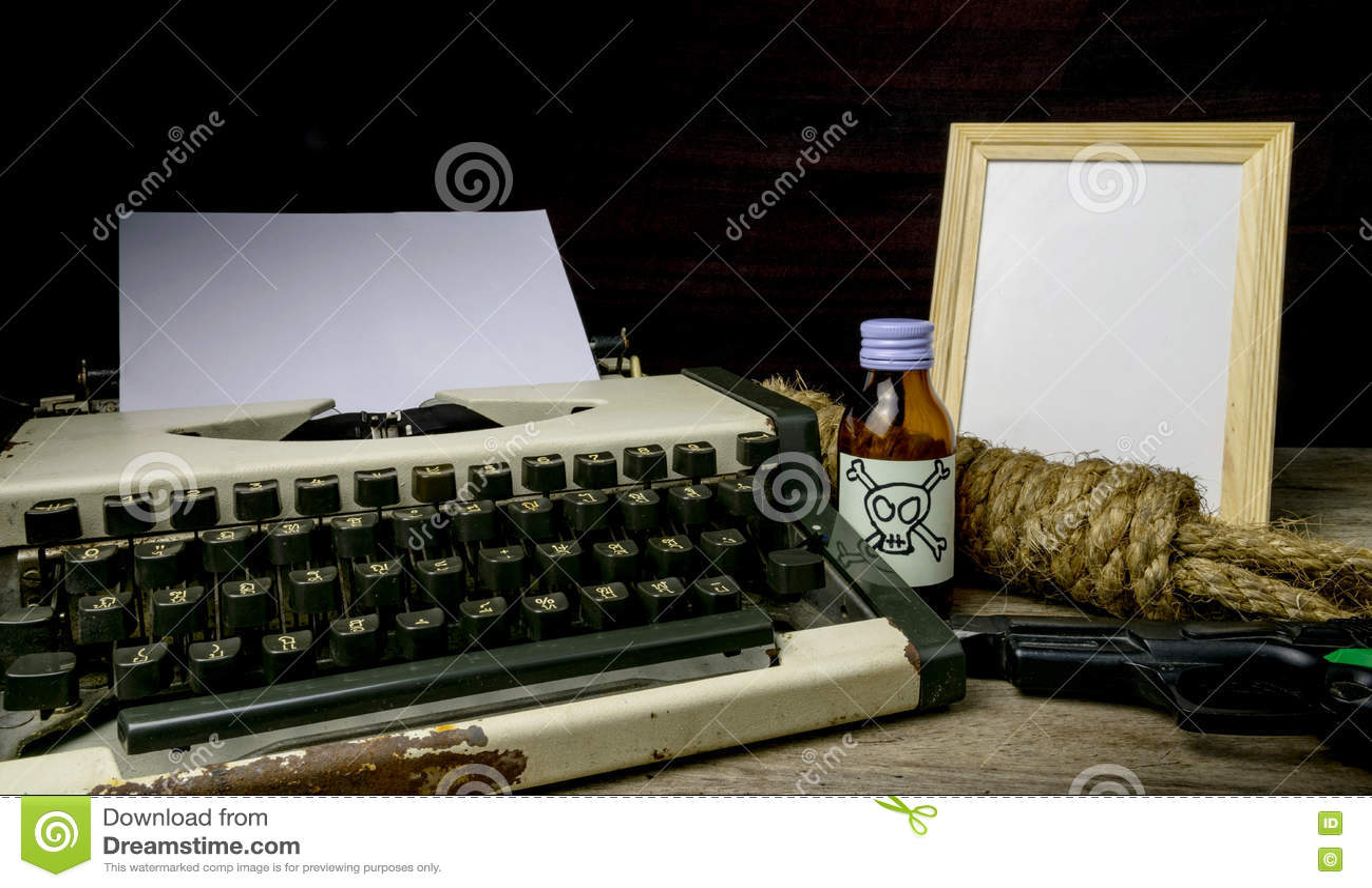 Machine à écrire avec la page et le poison et larme à feu de papier