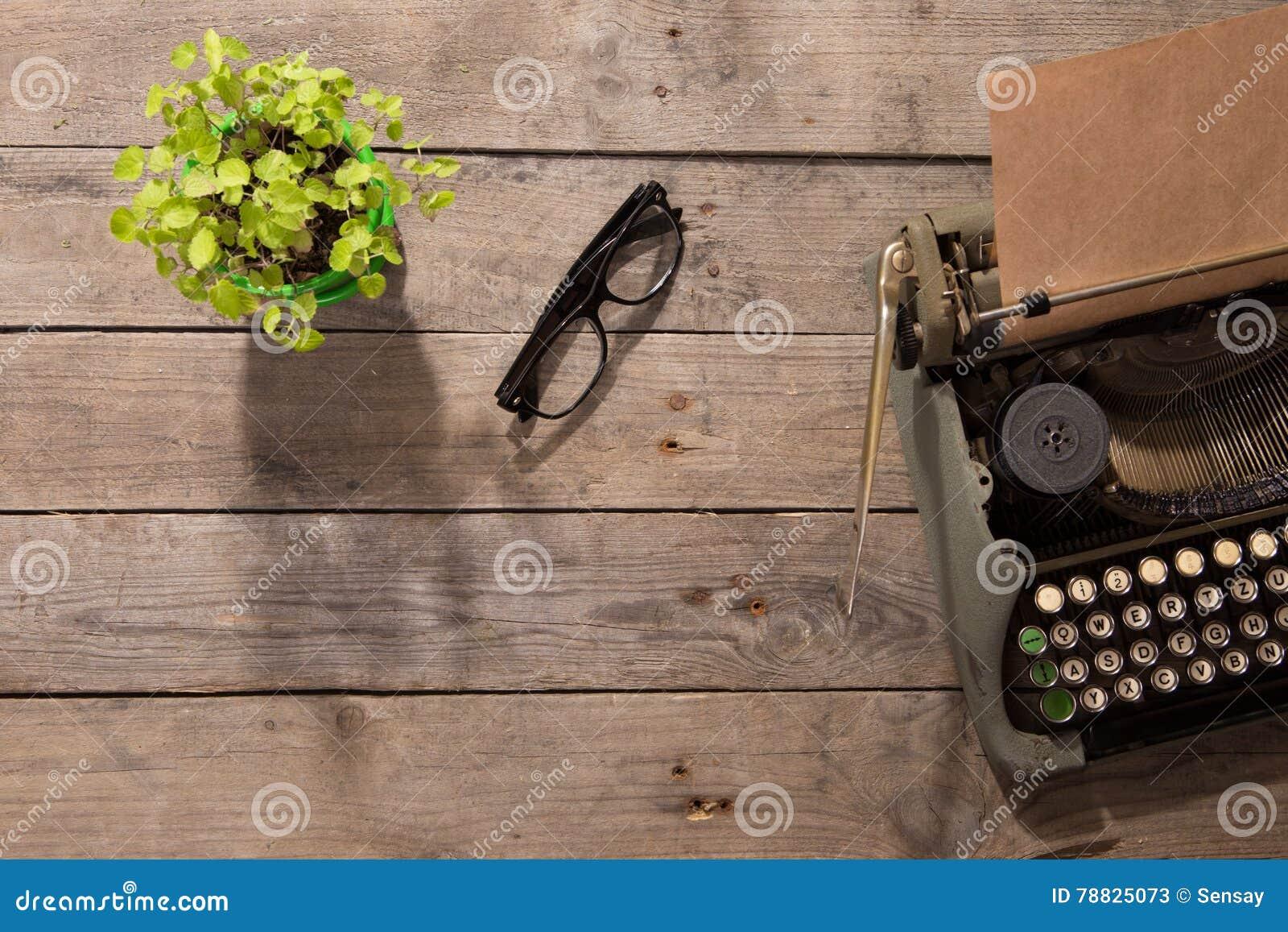 Machine à écrire de vintage sur le vieux bureau en bois image