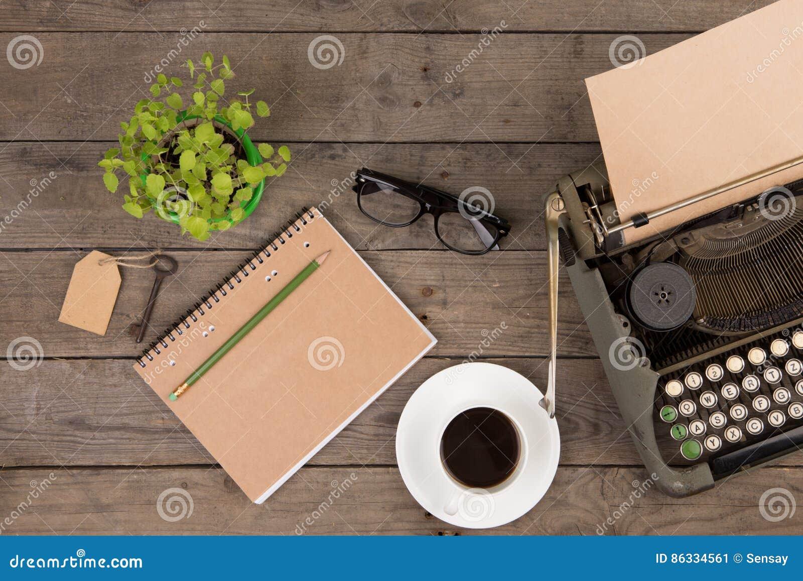 Machine à écrire de vintage sur le vieux bureau en bois image stock