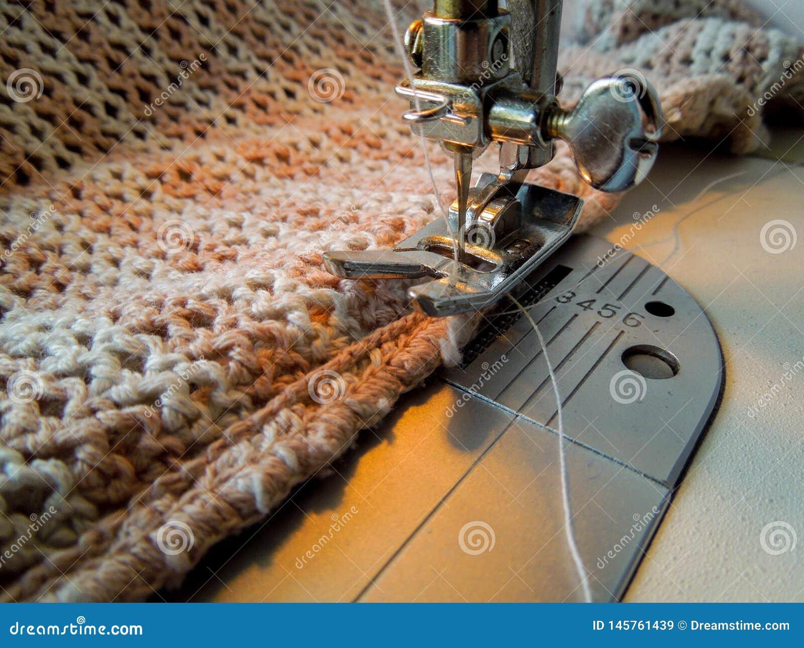 Machine à coudre cousant un tissu à crochet