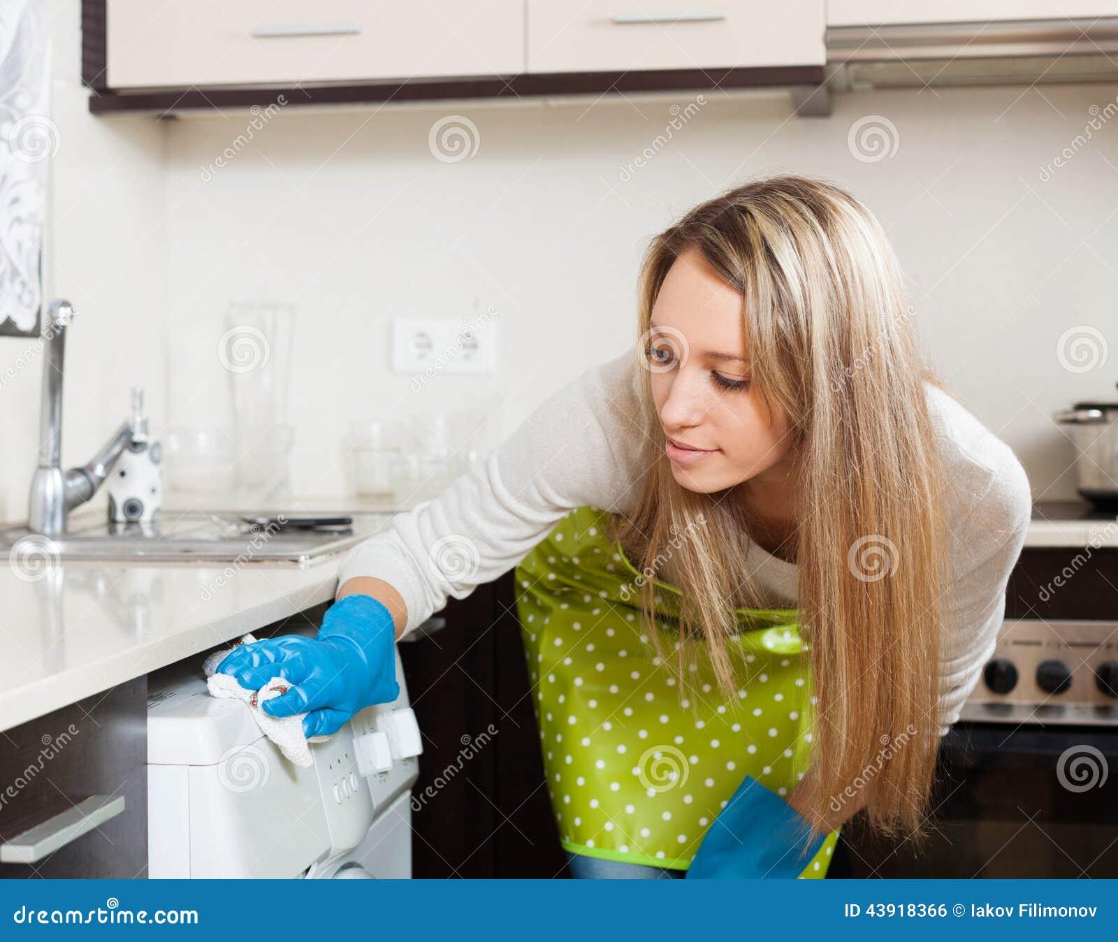 machine laver blonde de nettoyage de femme photo stock image 43918366. Black Bedroom Furniture Sets. Home Design Ideas
