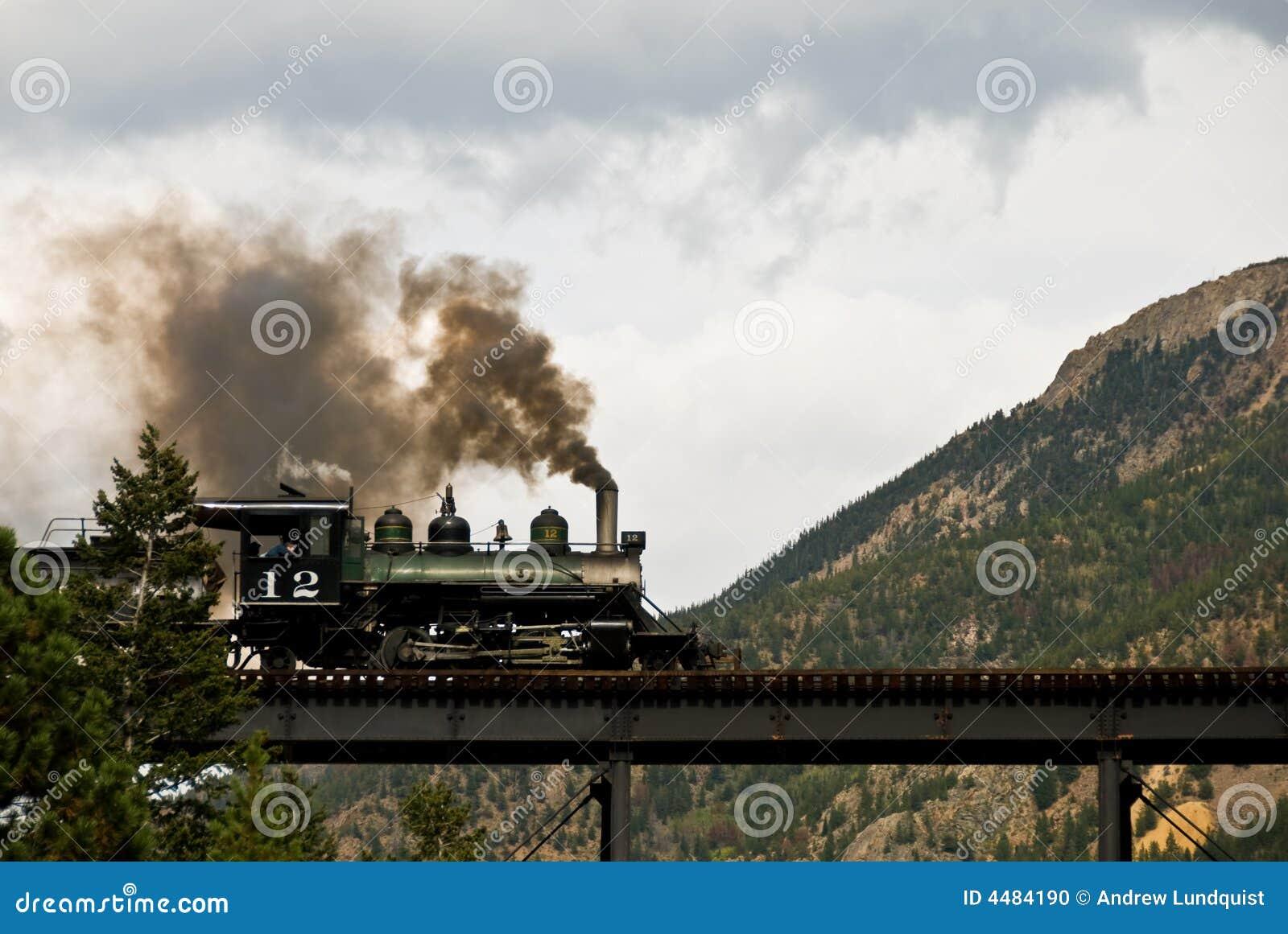 Machine à vapeur sur un pont en montagne