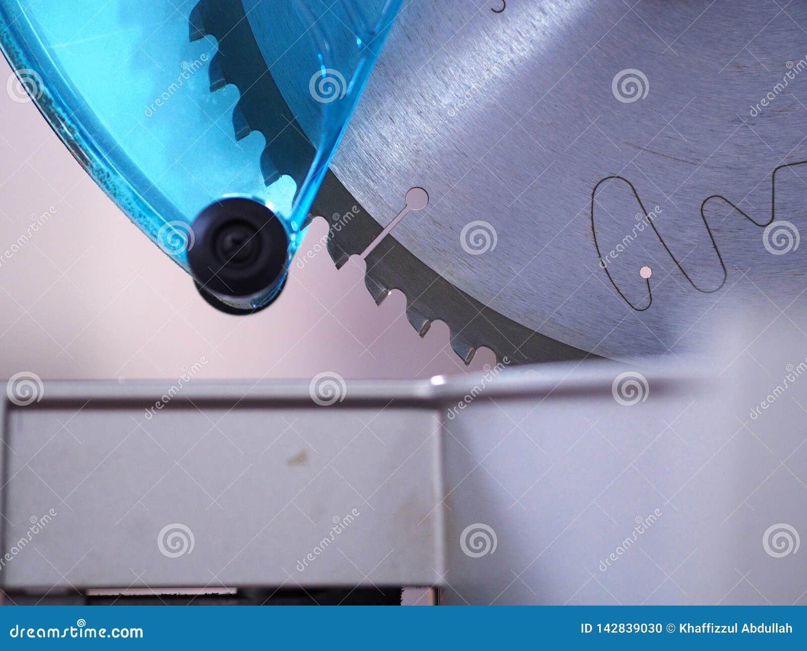 Machine circulaire inclinée de scie