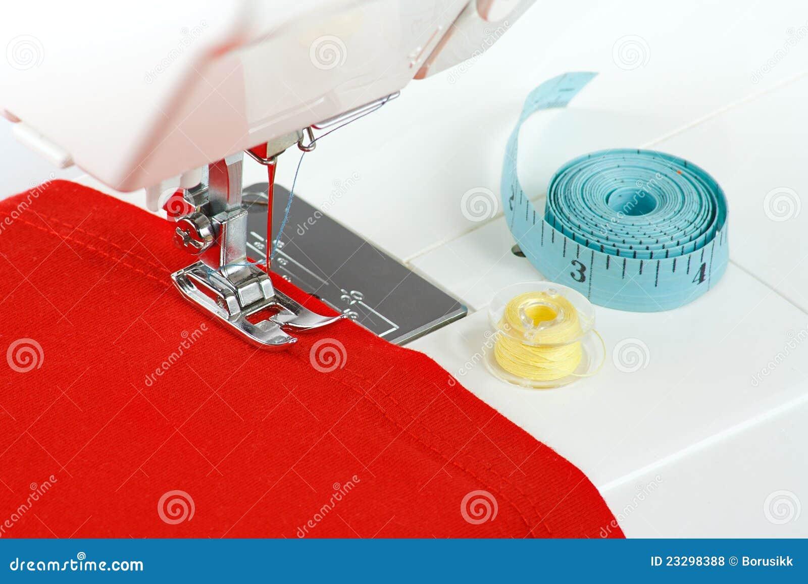 Machine coudre avec un tissu rouge photos libres de for Machine a coudre 3d