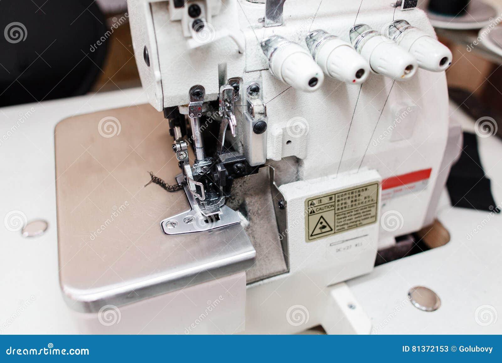 machine coudre d 39 overlock en plan rapproch de bureau de tailleur photo stock image 81372153. Black Bedroom Furniture Sets. Home Design Ideas