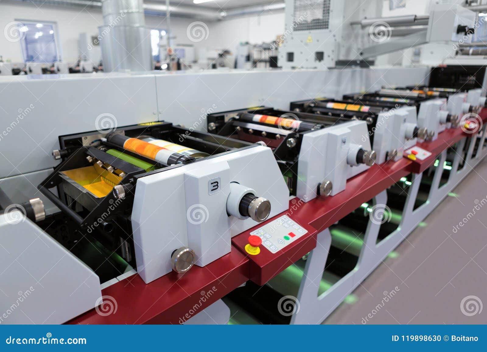 Machine d impression flexographique avec un plateau d encre, un petit pain en céramique d anilox, un racleur et un cylindre d imp