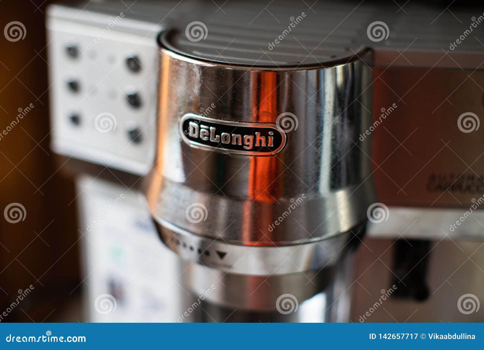 Machine de café de cappuccino avec le logo de Delonghi