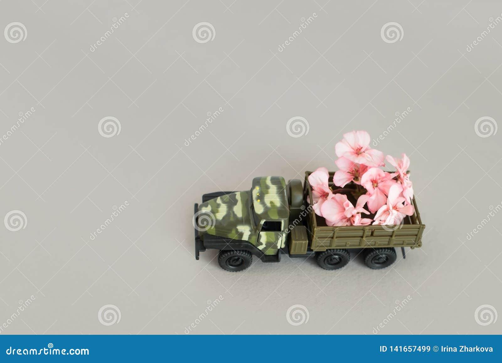 Machine de guerre avec une fleur dans le dos, la paix et la guerre, action militaire, une fleur dans le baril d un réservoir,