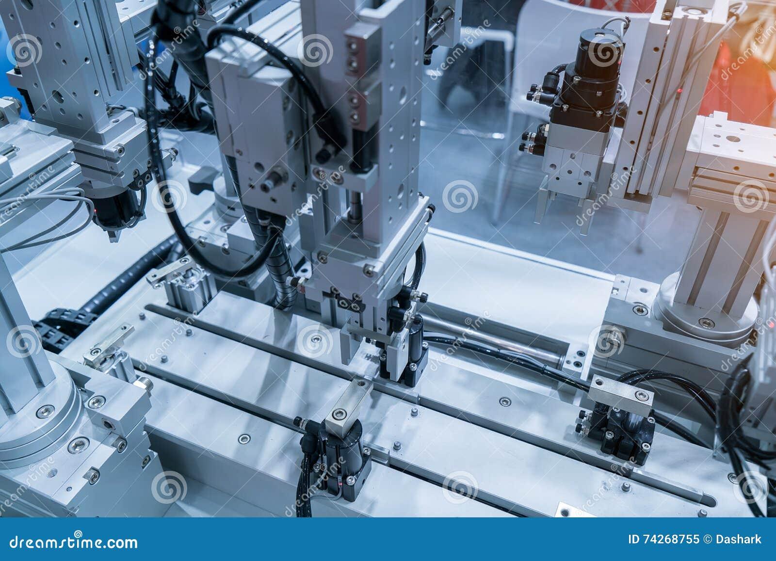 Machine-outil robotique de main à l usine industrielle