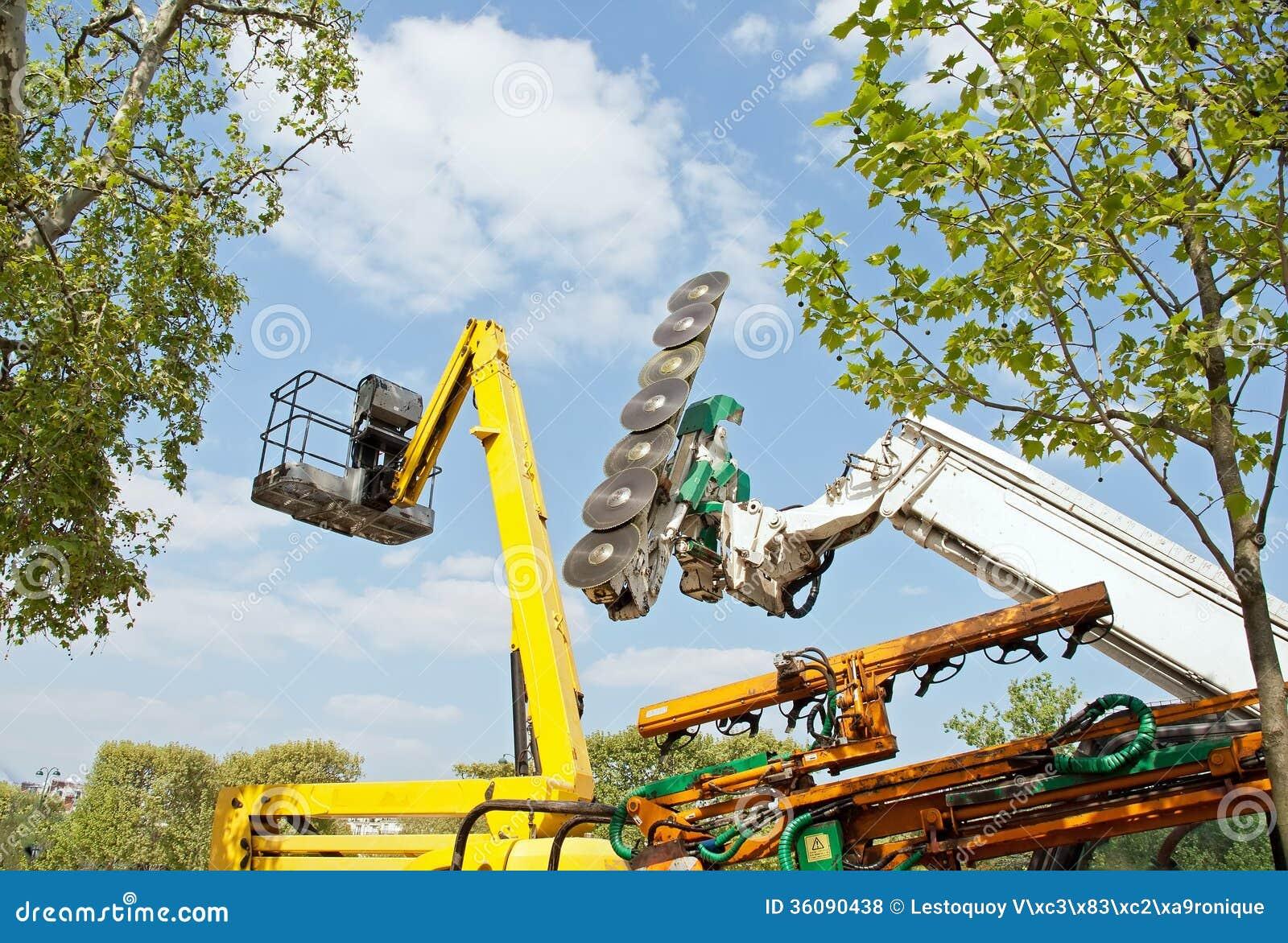 machine pour couper les arbres et la nacelle quipement pour le jardinage urbain photo stock. Black Bedroom Furniture Sets. Home Design Ideas