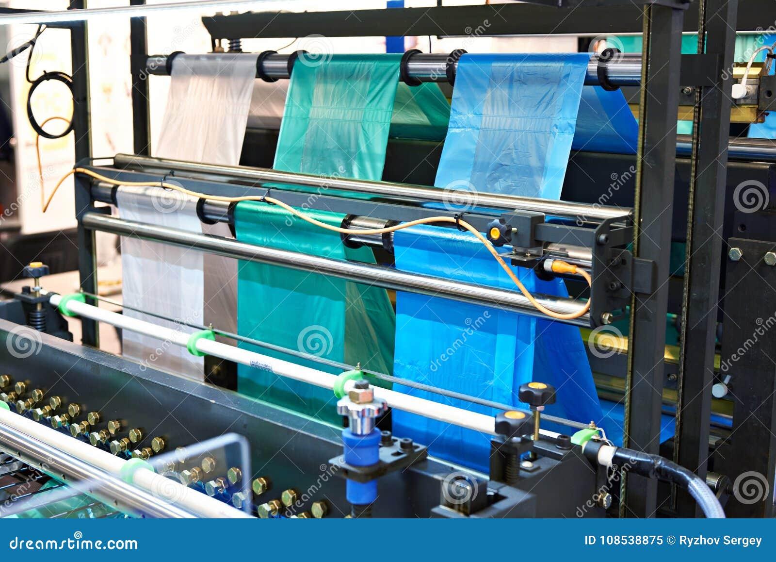 machine pour fabriquer des sachets en plastique image stock image du proc d sacs 108538875. Black Bedroom Furniture Sets. Home Design Ideas