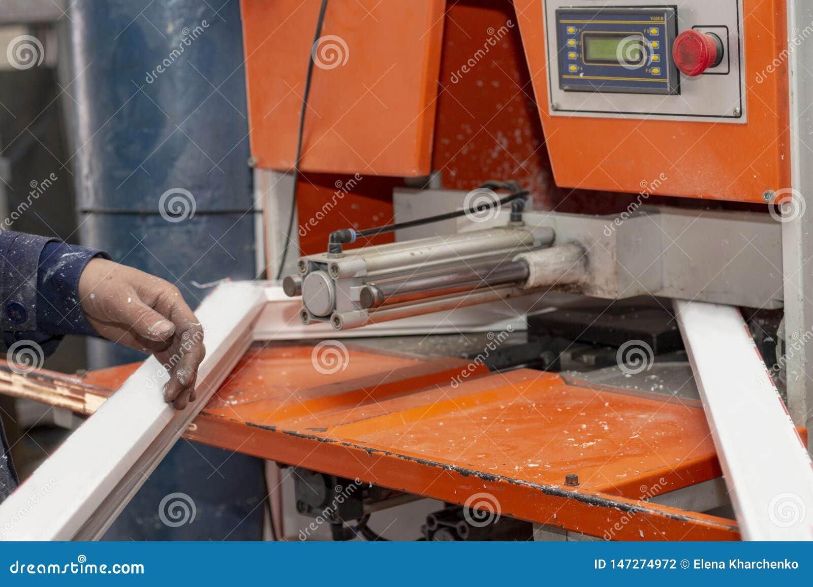 Machineassemblage van plastic raamkozijnen bij de fabriek