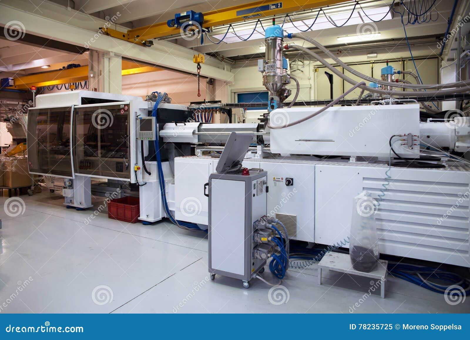 Machines de moulage par injection dans une grande usine