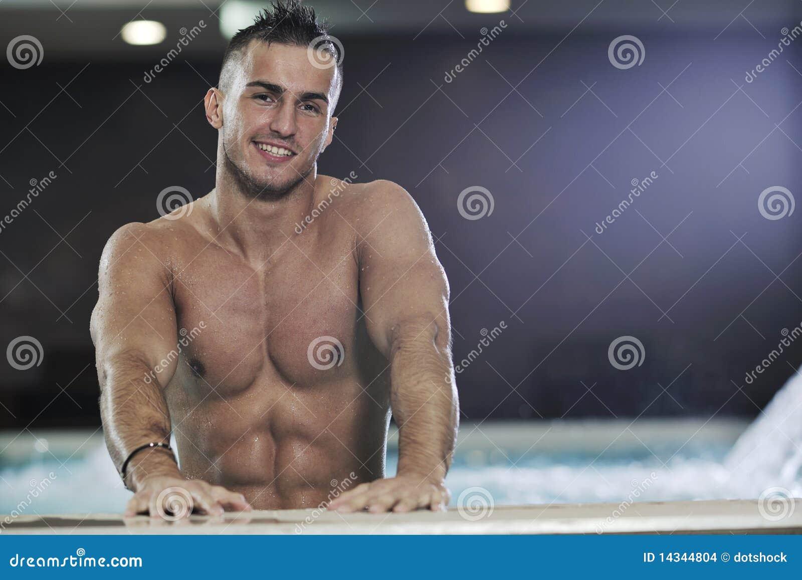 Фото красивый парень в бассейне 15 фотография