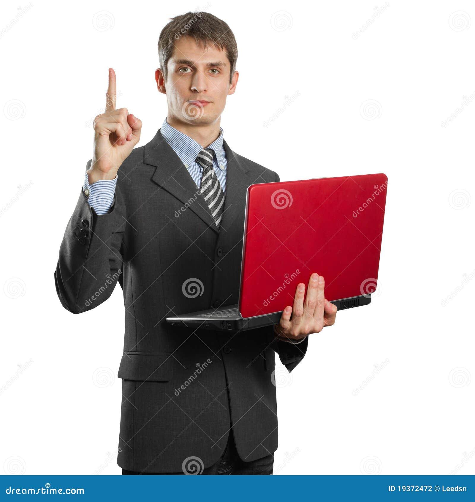 Macho no terno com o portátil com idéia