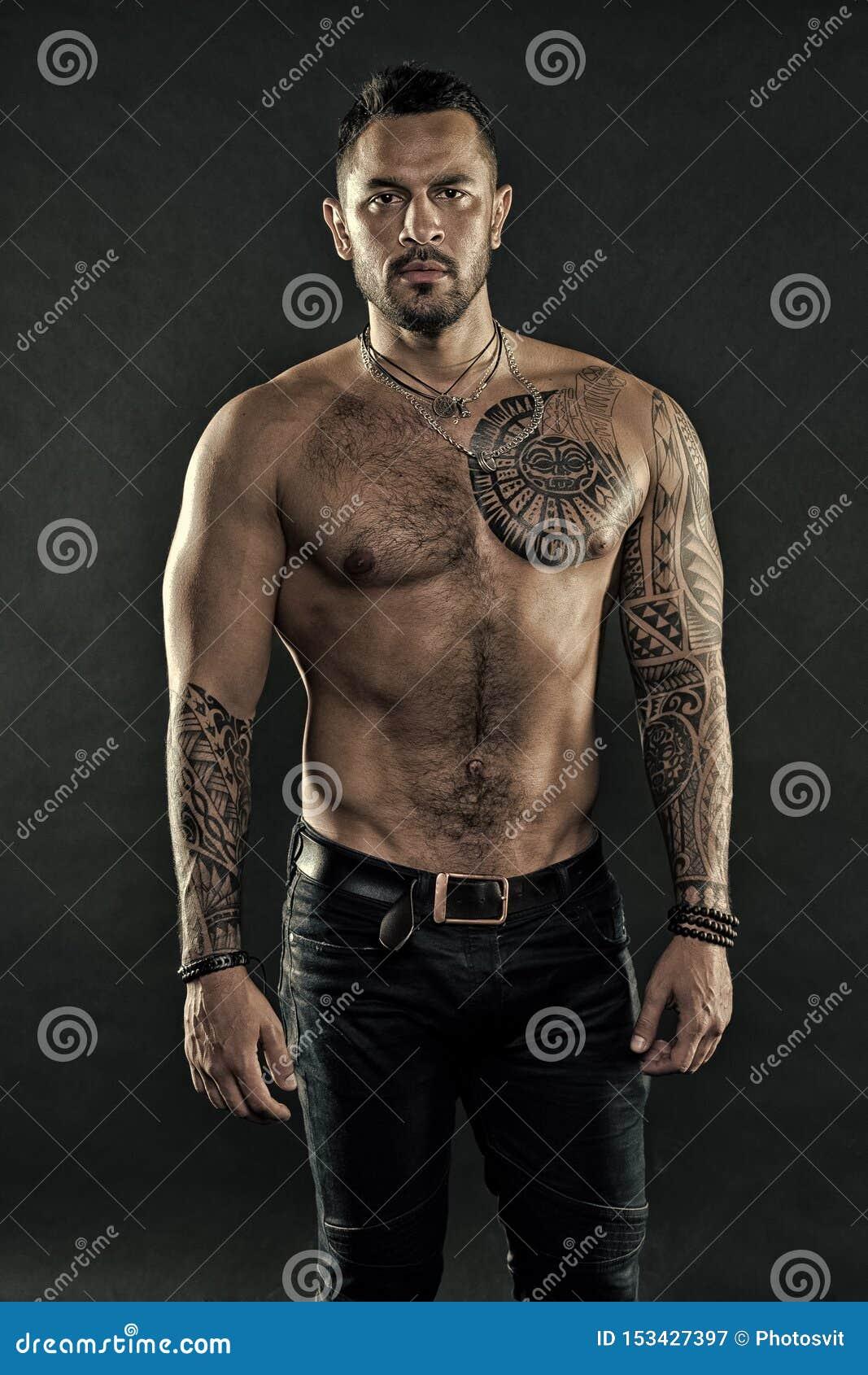 Macho strict brutal avec des tatouages Masculinit? et brutalit? Concept de culture de tatouage Attribut brutal de tatouage Homme