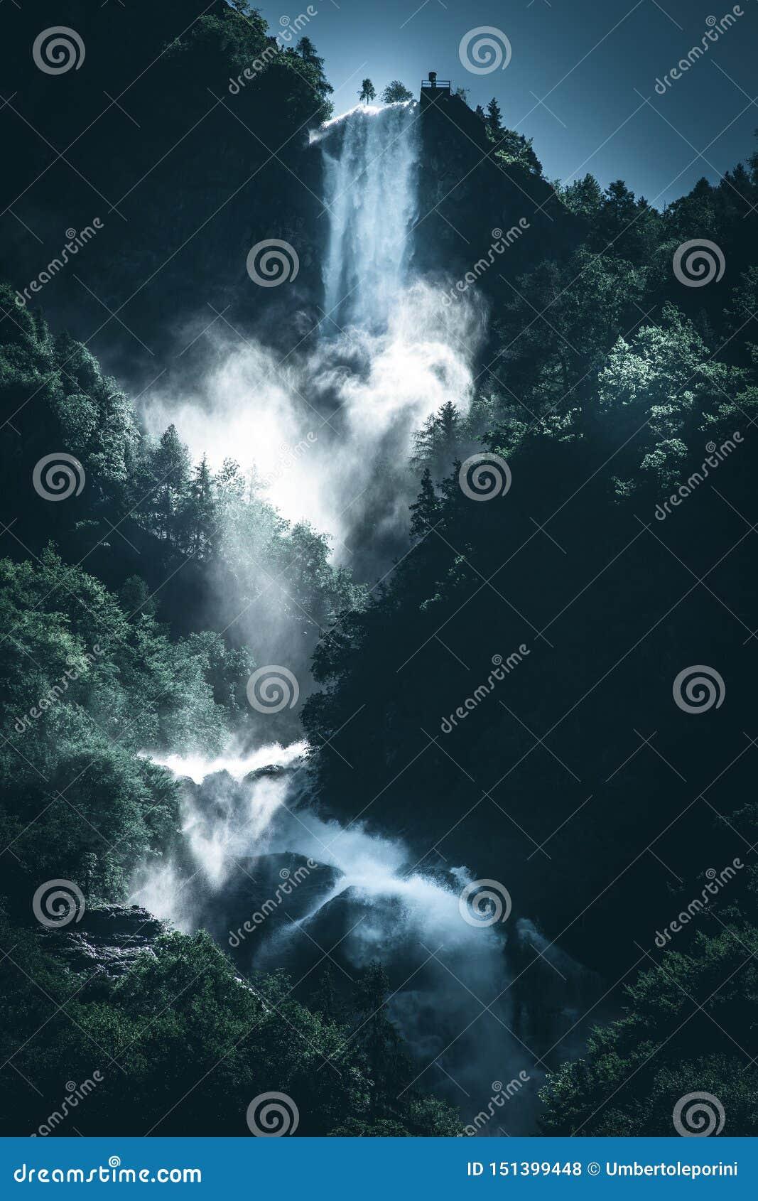 Macht van een beeld van de de stemmingsstijl van het watervalwater donker