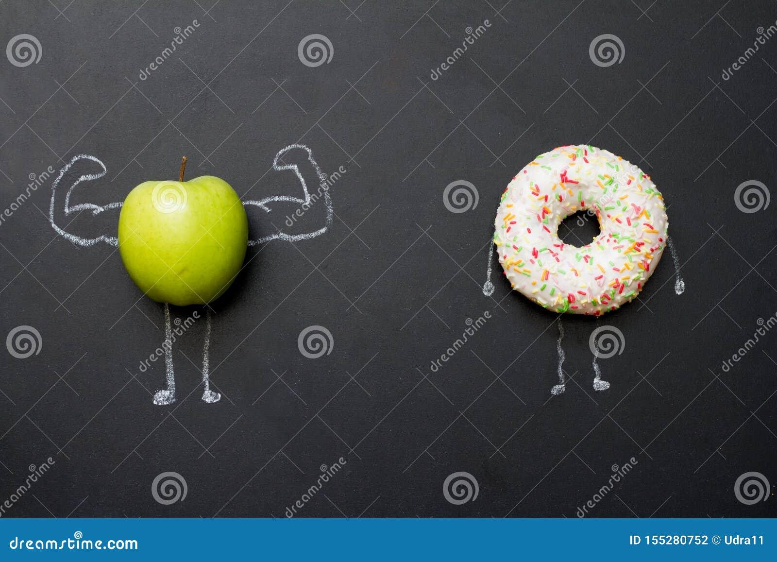 Macht van het abstracte concept van het vitaminendieet met groene spierenappel op bord