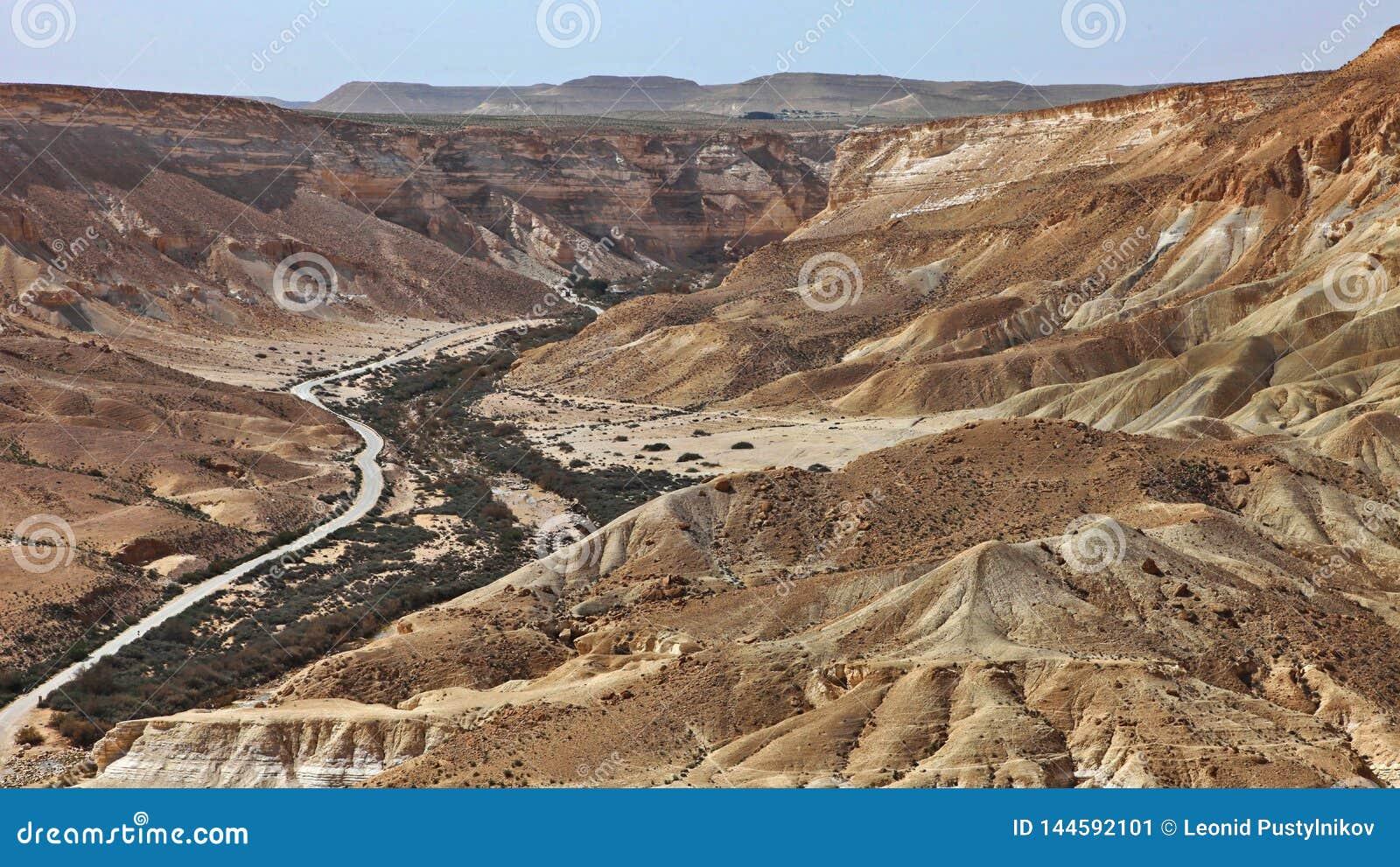 Machtesh Ramon - erosiekrater in de Negev-woestijn, het schilderachtigste natuurlijke oriëntatiepunt van Israël