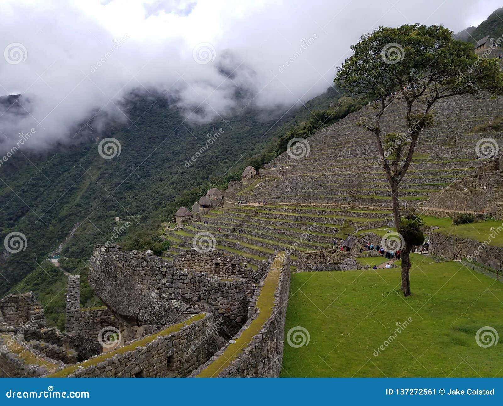 Machu dramático Picchu nas nuvens