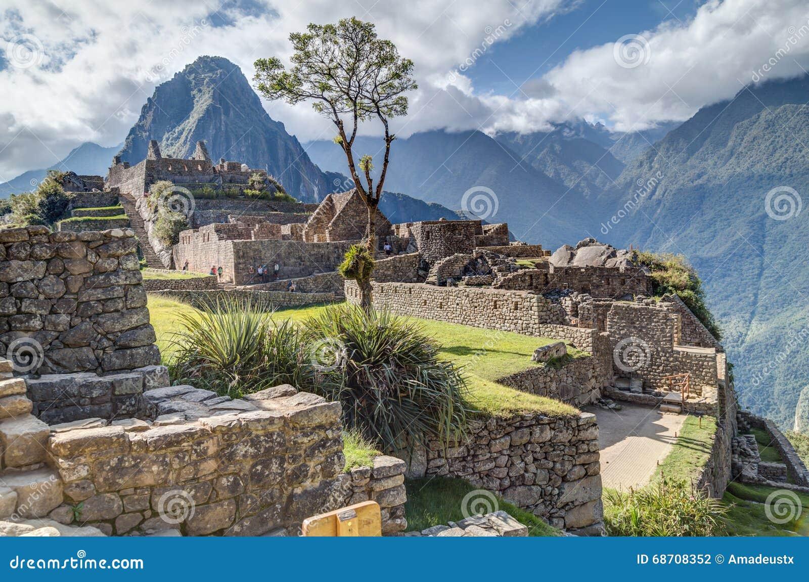 Machu Picchu, Aguas Calientes/Перу - около июнь 2015: Руины города Machu Picchu священного потерянного Incas в Перу