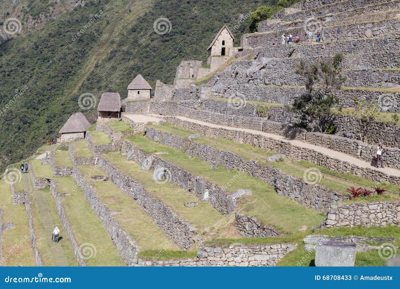 Machu Picchu, Aguas Calientes/Peru - circa im Juni 2015: Terrassen in heiliger verlorener Stadt Machu Picchu von Inkas in Peru