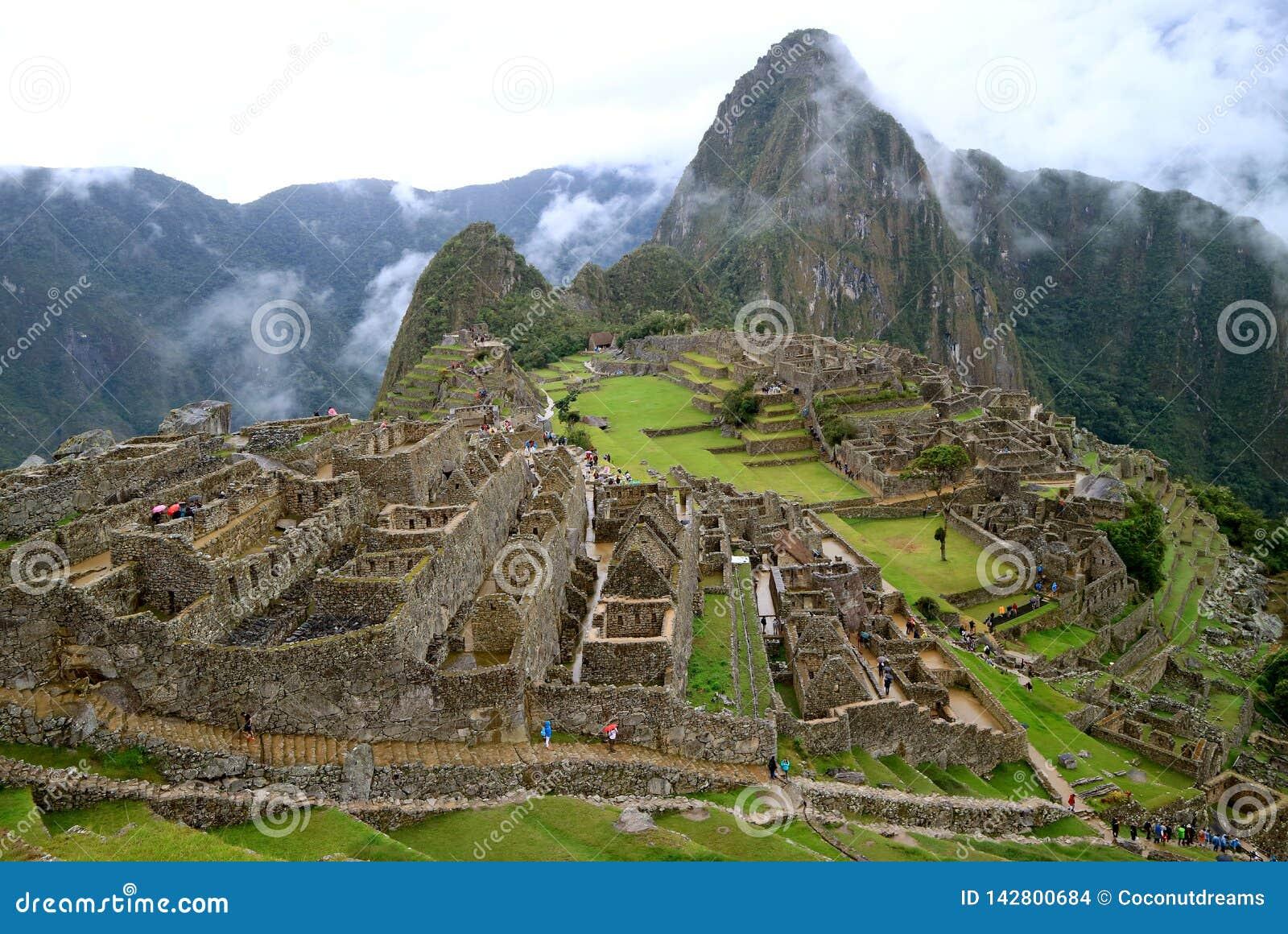 Machu Picchu arkeologisk plats, den mystiska Inca Fortress Ruins i regnet, Cusco region, Peru