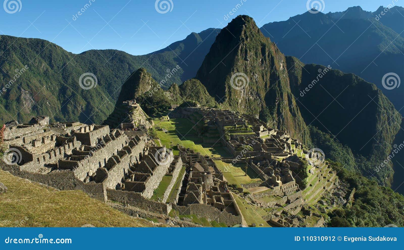 Machu Picchu en Perú - la ciudad perdida del imperio Incan es herencia de la UNESCO Día de verano soleado con el cielo azul