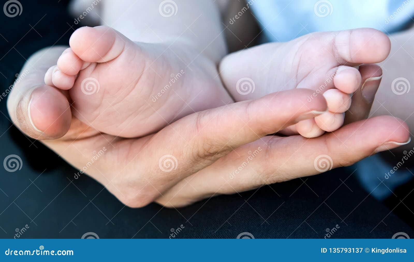 Macierzyści mienia dziecka cieki w Ona ręka