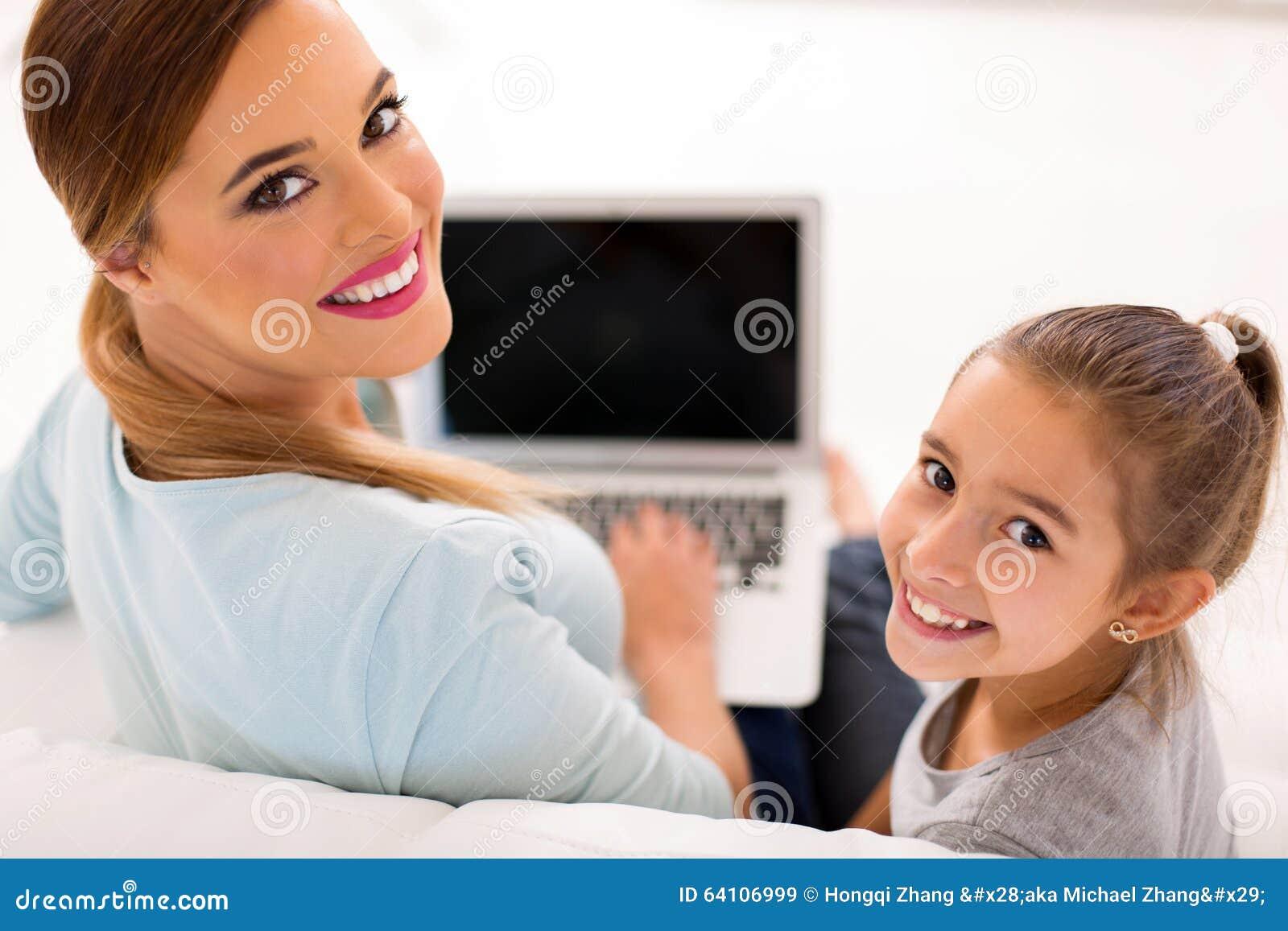 Macierzysta córka przyglądająca z powrotem