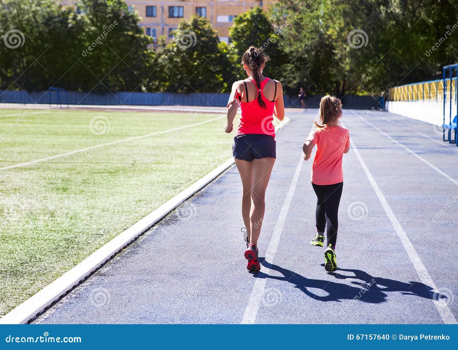 Macierzysta i mała córka robi ćwiczeniu w stadium On