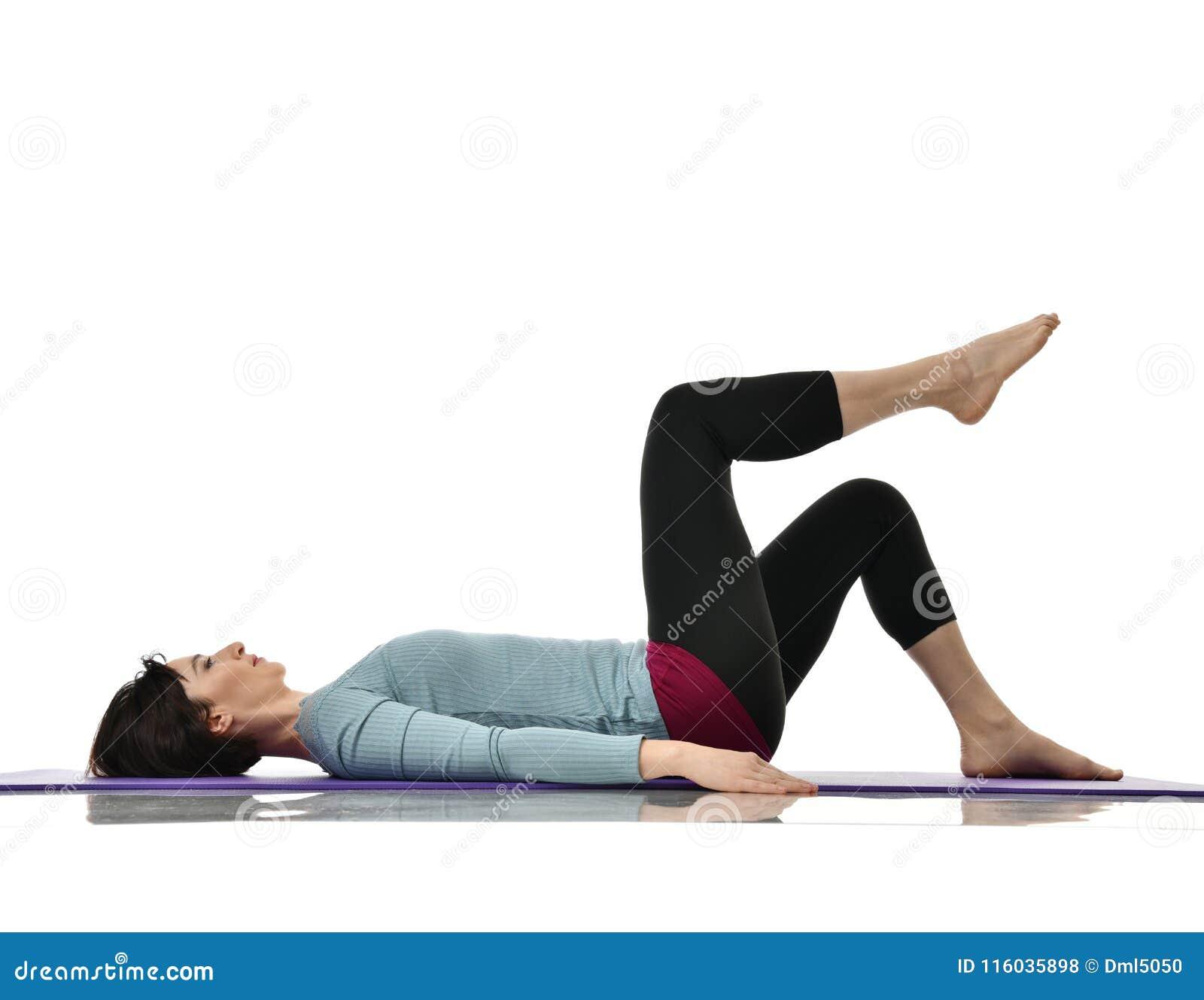 Macierzysta kobieta ćwiczy robić postnatal treningowi Żeńskie sprawność fizyczna instruktora rozciągania ręki i nogi w gym i opra