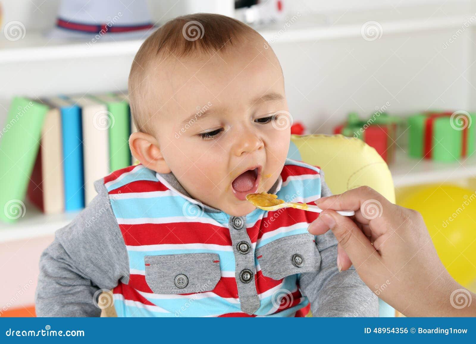 Macierzysty żywieniowy dziecko z dziecka jedzeniem