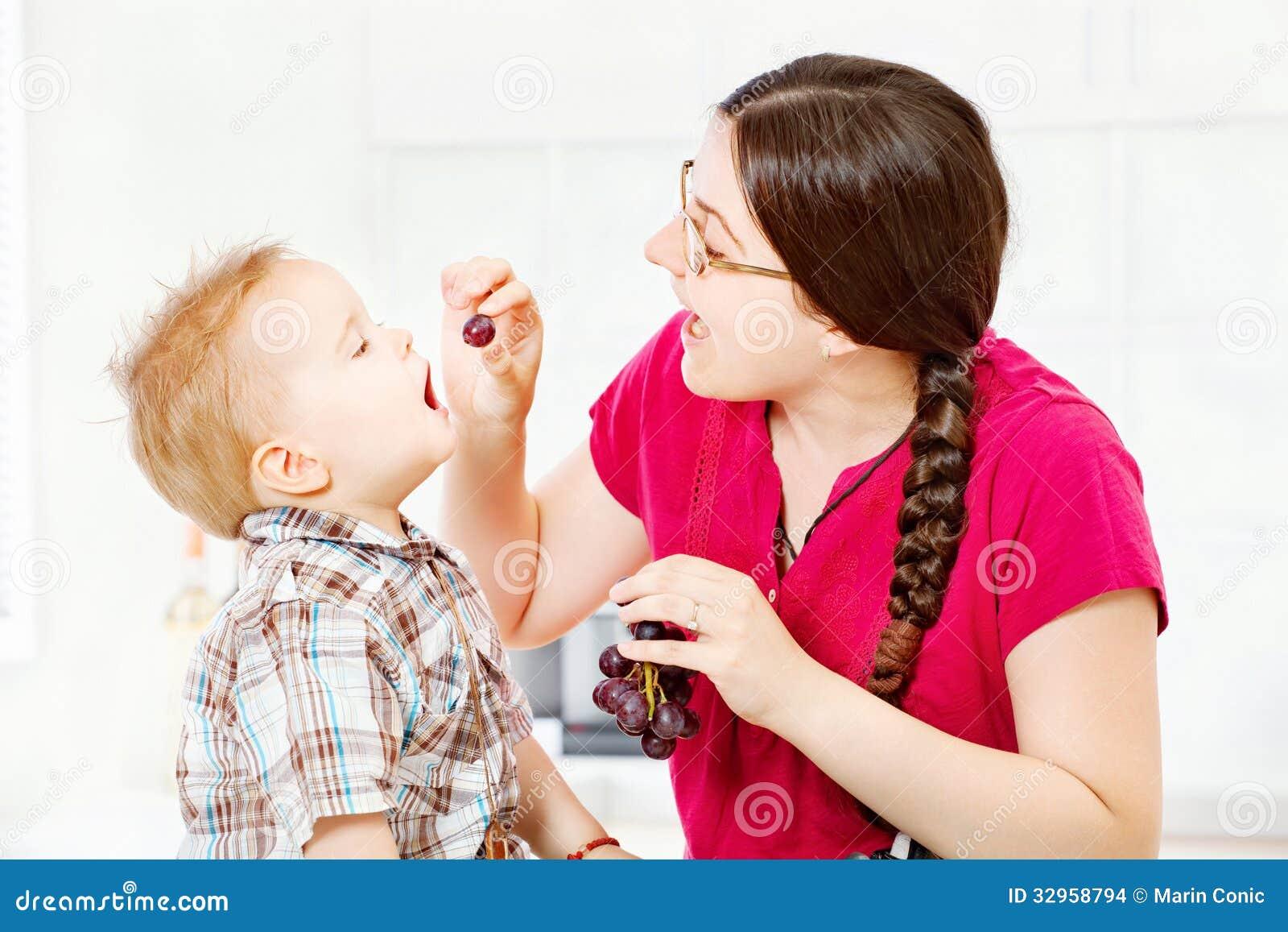 Macierzysty żywieniowy dziecko z winogronami